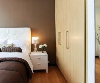 Łóżko z pojemnikiem na pościel czy bez pojemnika?